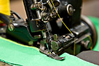 Gammel overlock symaskine - Detail of old industrial sewing machine