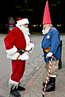 Traditionel klædt julemand i snak med den svenske høj hat julemand - Traditional dressed up Santa Claus talking to the Swedish High Hat Father Christmas