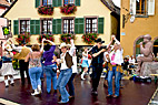 Folkedans i Alsace - Folk dance in the street of Ribeauville Alsace France