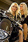 To piger på en sort motorcykel - Two blonde girls on a motor cycle