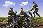 Kronborgs kanoner lades - Three artillerymen loading one of the worlds oldest active cannon