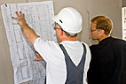 Ventilationsmontør - Two ventilation fitters study the construction drawings