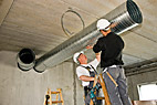 Ventilationsmontør - Two ventilation fitters installing a ventilation pipe