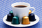 Frisk brygget kaffe - Cup of fresh made coffee and coffee capsules